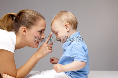 seitenansicht der jungen frau beruehren baby