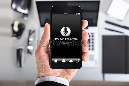 hand zeigt smartphone bildschirm