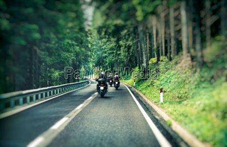 gruppe von bikern auf der autobahn