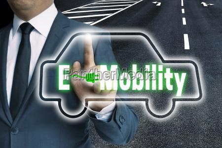 e mobility touchscreen wird von mann