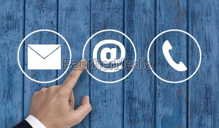 hand zeigt auf kontaktoptionen icons email