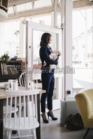 geschaeftsfrau in cafe