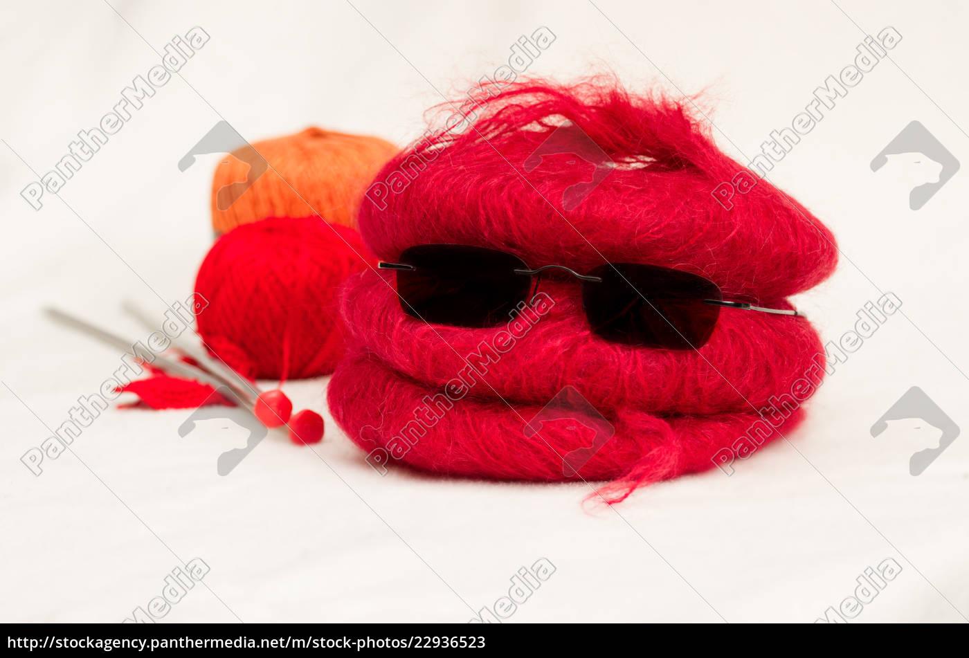 wolleknäuel, mit, stricknadeln, und, sonnenbrille - 22936523