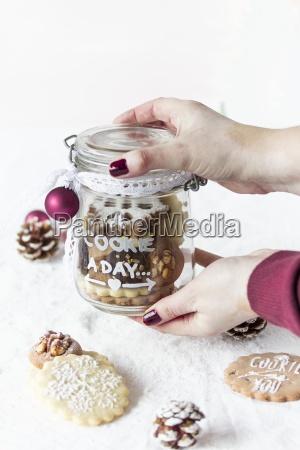 glas becher trinkgefaess kelch tasse praesentieren
