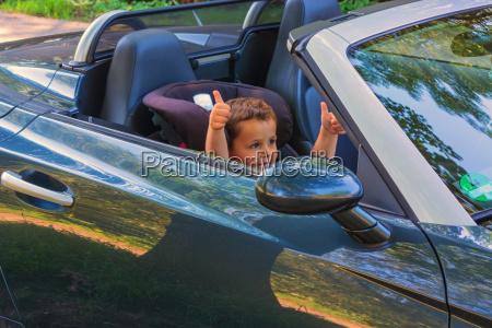 kind in einem autokindersitz