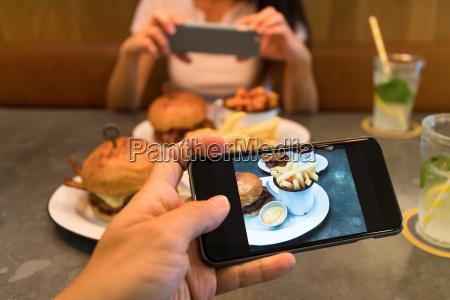 foto auf mobiltelefon im restaurant machen