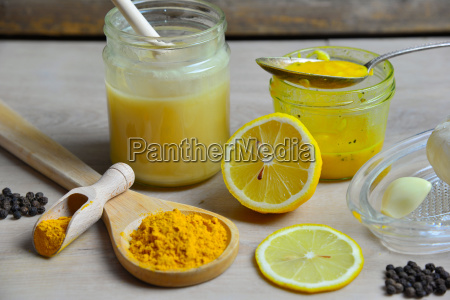 selbstgemachtes natuerliches antibiotikum mit honig golden