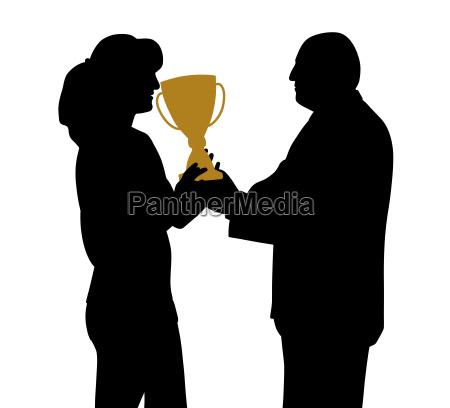 gewinnerin erhaelt trophaee vom direktor oder