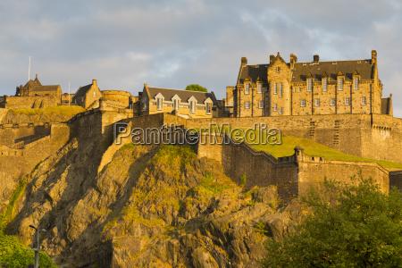 blick auf edinburgh castle von princes
