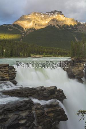 athabasca falls bei sonnenuntergangjasper nationalparkunesco weltkulturerbealbertakanadanordamerika