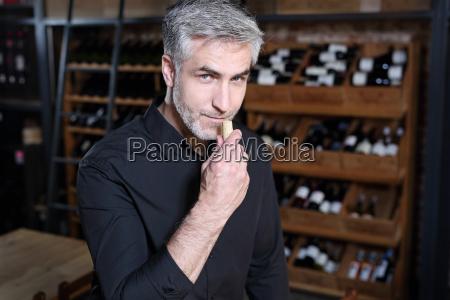 aroma von wein ein mann riecht