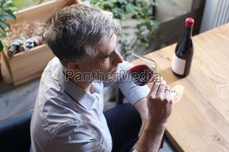 glas wein mann trinkt wein