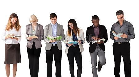 multi ethnische geschaeftsleute lesen buecher