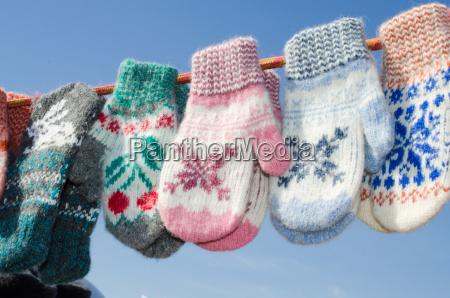 woolen handschuhe die an einem seil