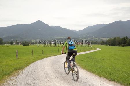 fahrradfahrer mit rucksack