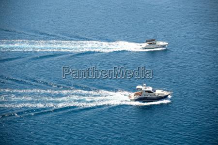 zwei bootedie in der adria segeln