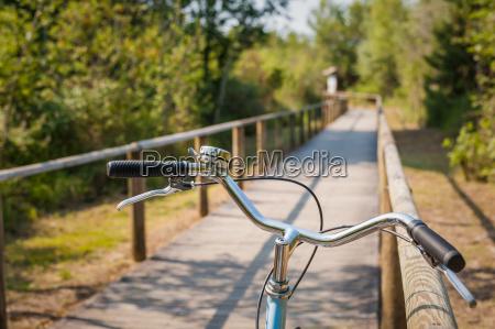 radweg und fahrradlenker aus naechster naehe