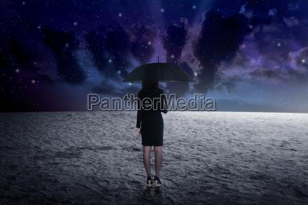 mann der regenschirm vom weltraum haelt