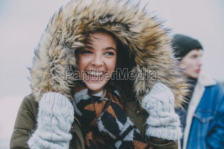 kobieta laughing na zimowych plazy
