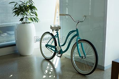 fahrrad gegen wand lehnt