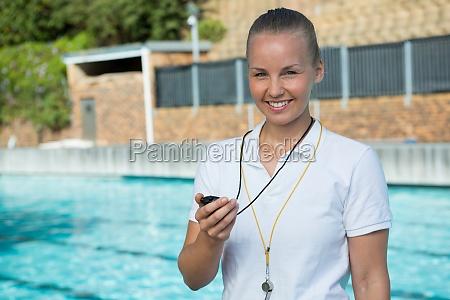 portrait von swim trainer mit stoppuhr