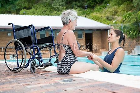allenatore di nuotata consolando una donna