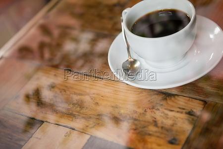 blick auf schwarzen kaffee auf holztisch