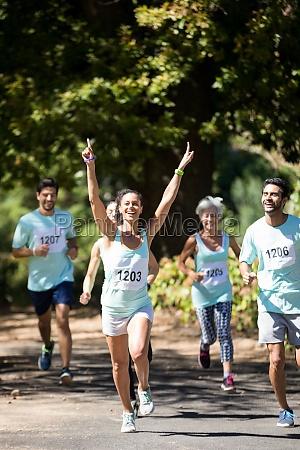 weiblicher athlet der das marathonrennen gewinnt