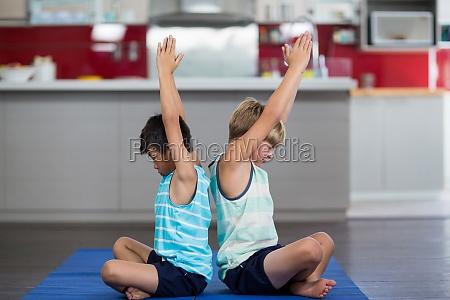 geschwister die yoga zu hause durchfuehren