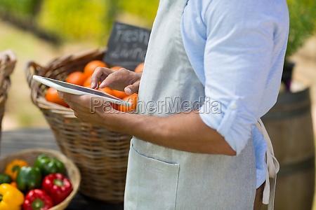 mittlerer teil des landwirts mit digitalem