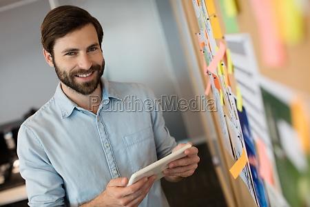 portraet des jungen geschaeftsmannes digitale tablette