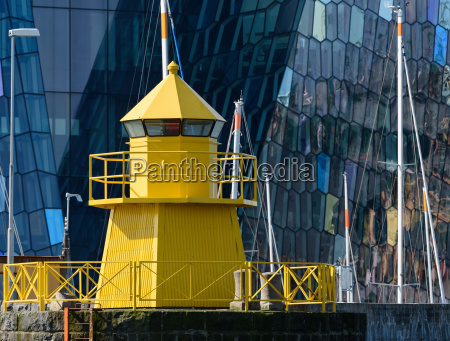 gelber leuchtturm im hafen von reykjavik