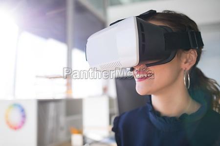 weiblicher architekt der kopfhoerer der virtuellen