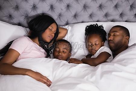 hohe winkelsicht der familie zusammen schlafend