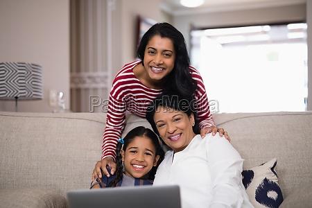portraet der familie von mehreren generationen