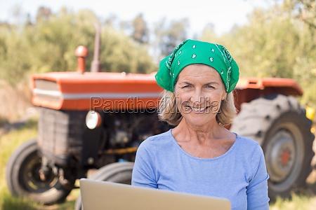 portraet der gluecklichen frau die laptop