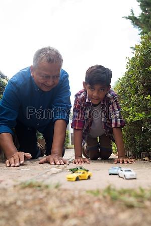 junge und grossvater die mit spielzeugautos