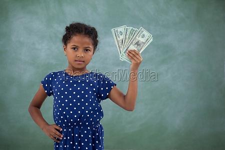 portret dziewczyny z reka na biodrze