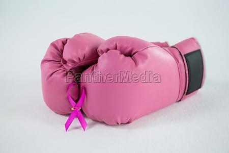 nahaufnahme des rosa brustkrebs bewusstseinsbandes mit