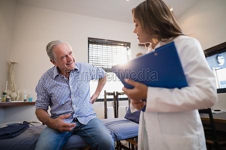aelterer patient der rueckenschmerzen zum weiblichen