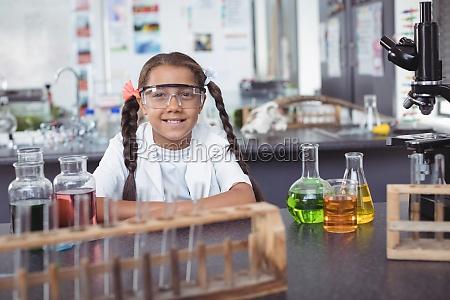 portraet des grundlegenden studenten schuetzende eyewear