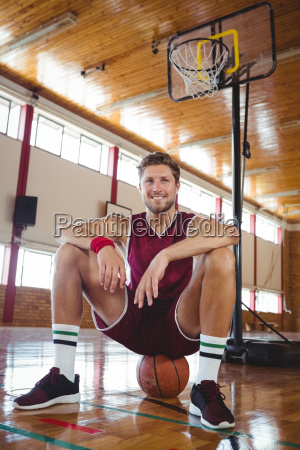 portraet des basketballers der auf ball
