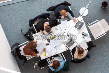 obenliegendes bild von studenten im coworking