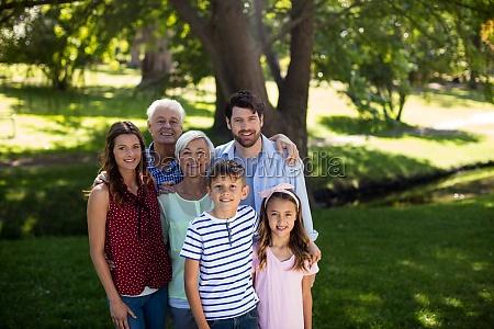multi generation familie steht im park