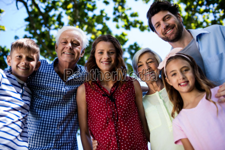 familie mit mehreren generationen die im