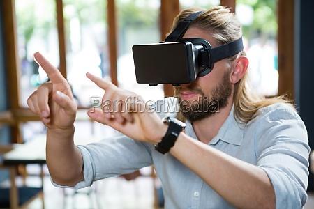 mann traegt eine virtuelle brille im