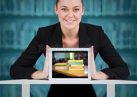 business frau mit tablet zeigt buch