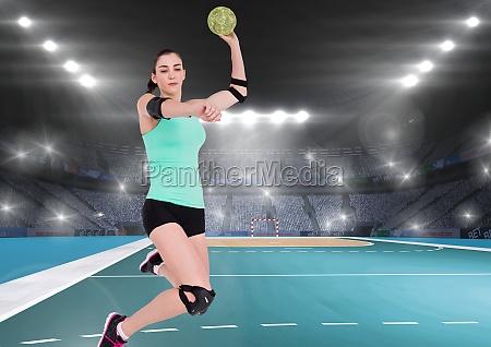 weiblicher handballspieler wirft ball auf handballplatz
