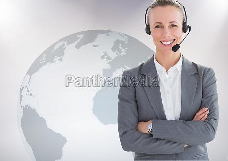 portraet der kundendienstfrau mit dem kopfhoerer