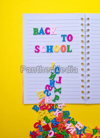inschrift zurueck zur schule auf einem